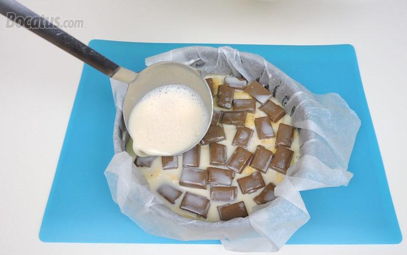 Vertiendo parte de la mezcla de huevos y leche en el molde