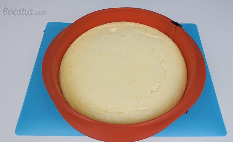 Tarta de queso, yogur y limón recién horneada
