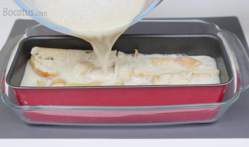 Vertiendo la mezcla de pudin dentro del molde