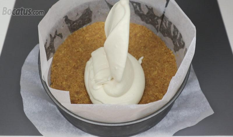 Poniendo la crema sobre la base de galleta