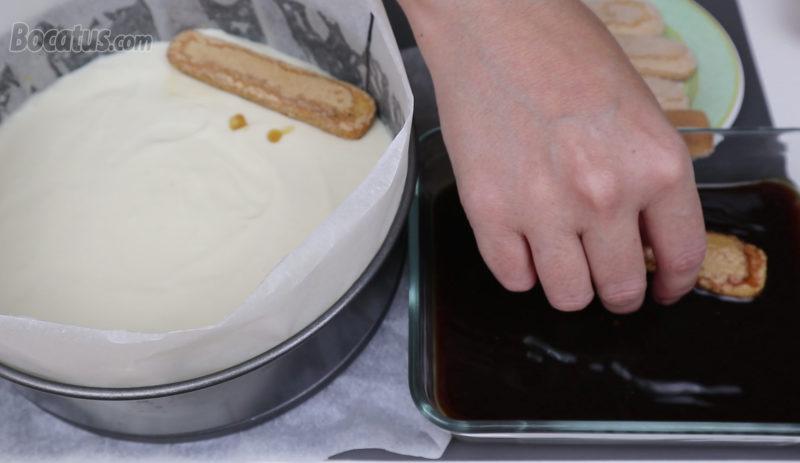 Poniendo los bizcochos remojados en café