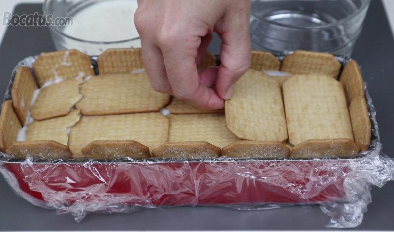 Colocando la última capa de galletas