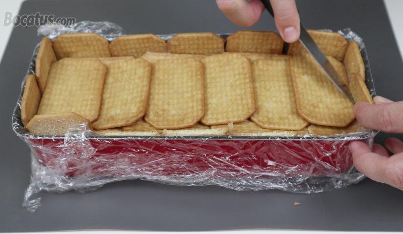 Recortando las galletas que sobresalen