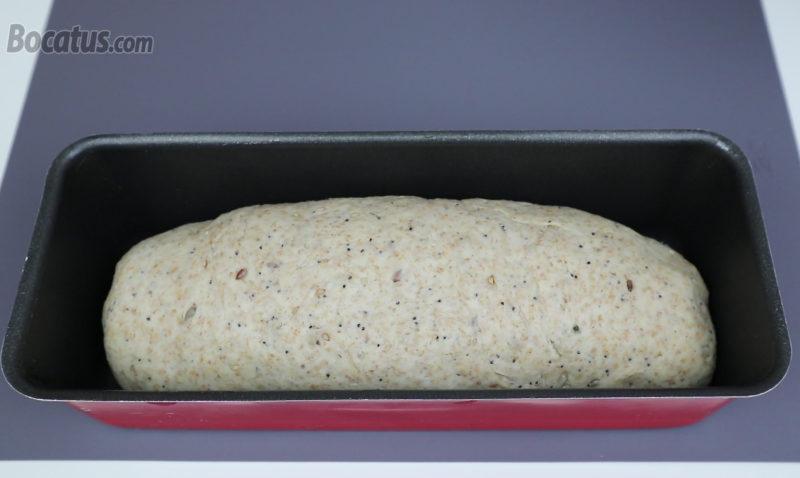 Masa de pan dentro del molde