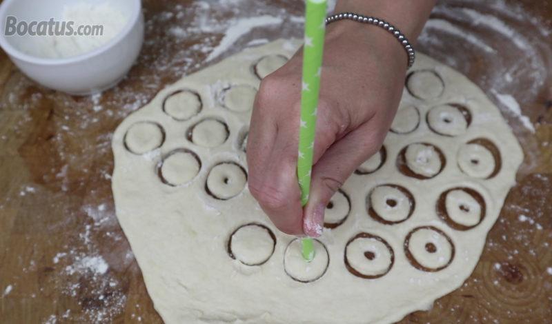 Haciendo el agujero central a los mini donuts