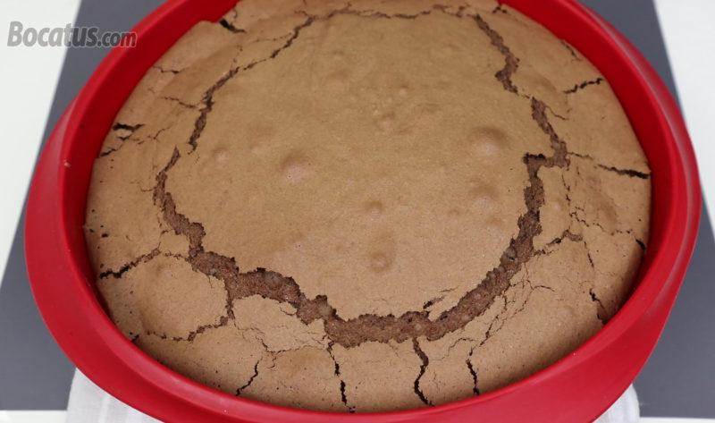 Bizcocho de chocolate recién horneado
