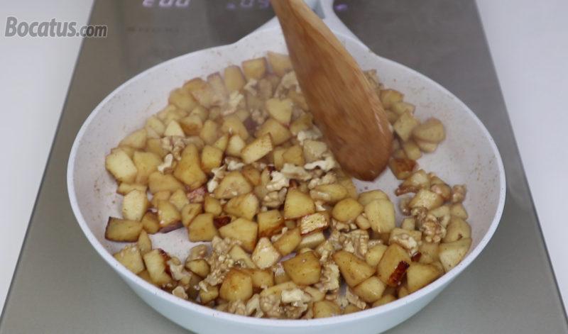 Caramelizando la manzana y las nueces
