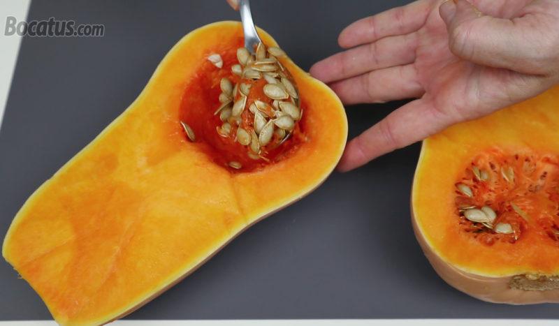 Quitando las semillas del interior de la calabaza