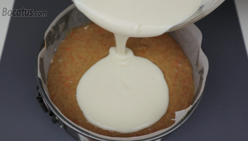 Vertiendo el resto de la mezcla de queso sobre la masa de bizcocho
