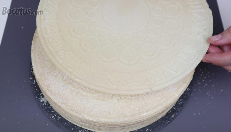 Colocando la última oblea sobre la tarta