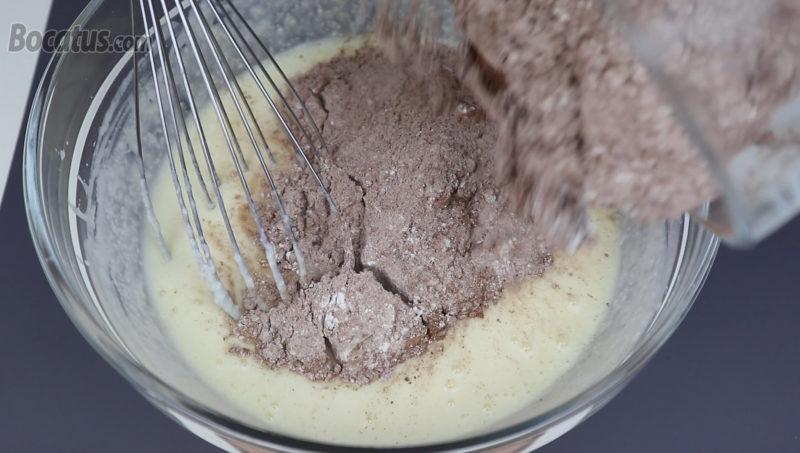 Incorporando la mezcla de ingredientes secos a la mezcla líquida