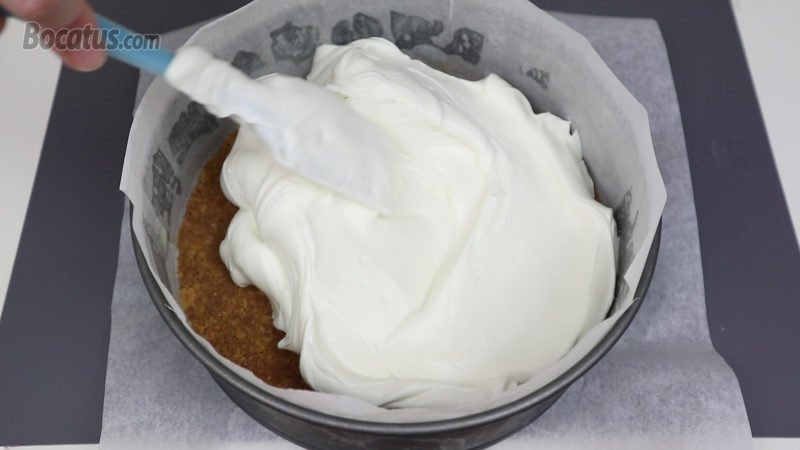 Distribuyendo la crema de queso en el molde