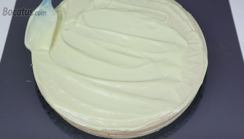 Cubriendo la tarta con chocolate blanco