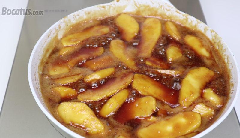 Cocinando la manzana en la salsa de caramelo