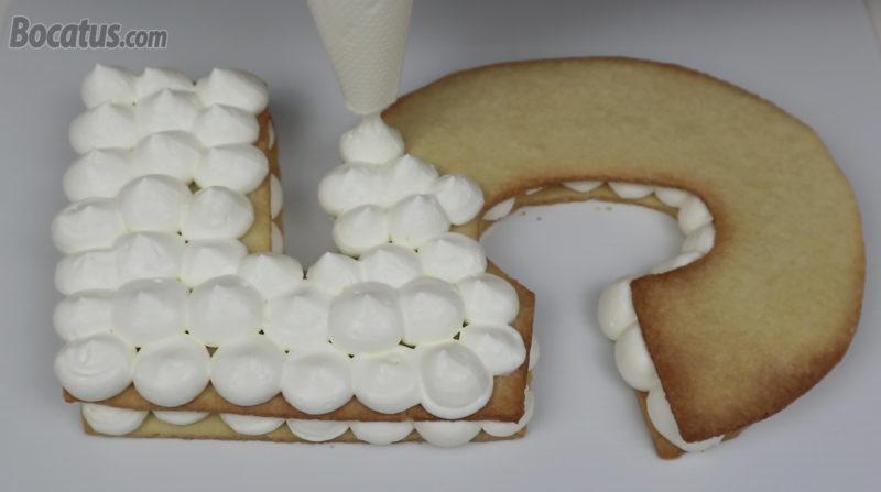 Cubriendo la segunda galleta con la crema de queso y nata
