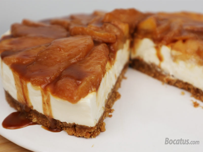 Tarta de queso y manzana con salsa de caramelo