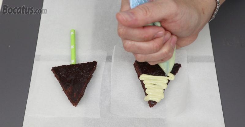 Decorando con chocolate blanco la superficie de uno de los brownies