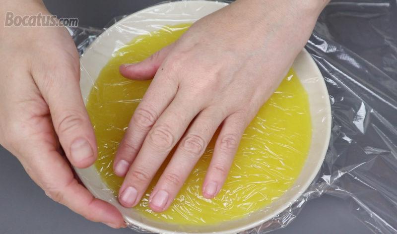 Tapando la crema de naranja