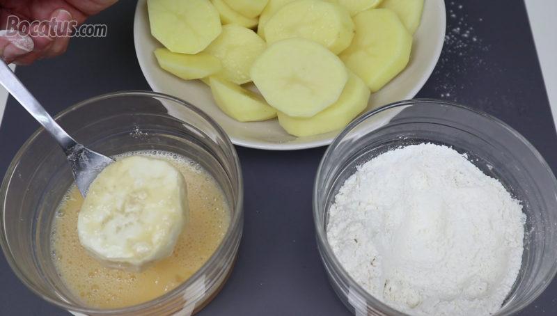 Rebozando las patatas en harina y huevo