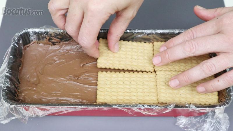 Colocando galletas sobre la crema de chocolate con leche