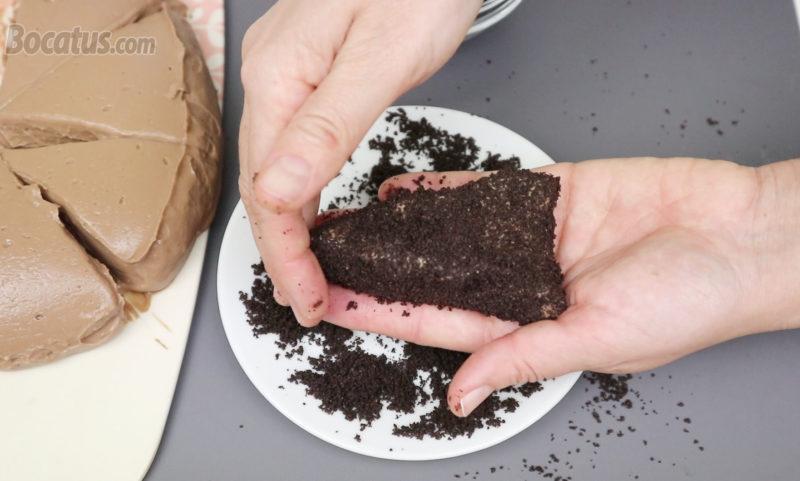 Cubriendo una porción del pastel de chocolate con galletas Oreo