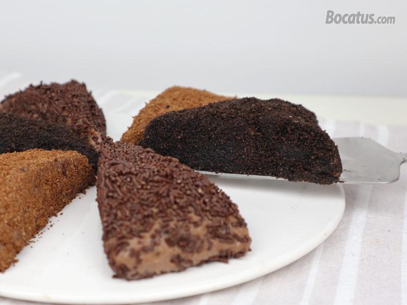 Pastel de chocolate con las diferentes coberturas