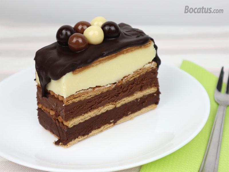 Porción de tarta de galletas a los tres chocolates