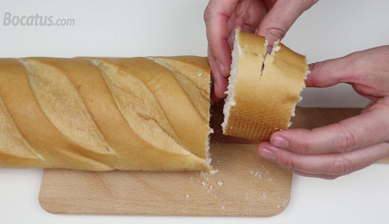 Rebanada de pan sin terminar de cortar