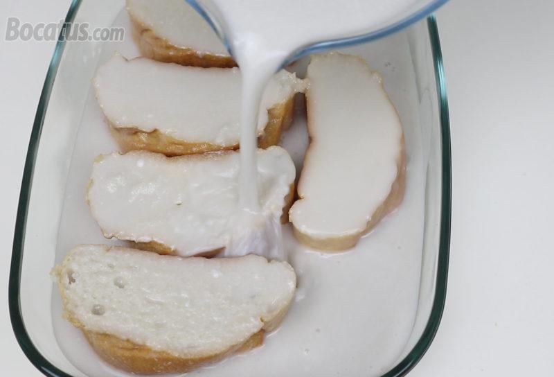 Vertiendo la leche de coco infusionada sobre las rebanadas de pan
