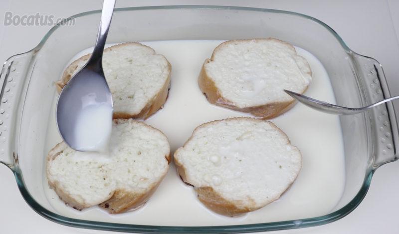 Calando en leche las rebanadas de pan
