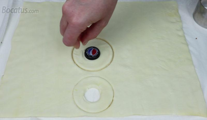 Cortando el círculo central de las rosquillas