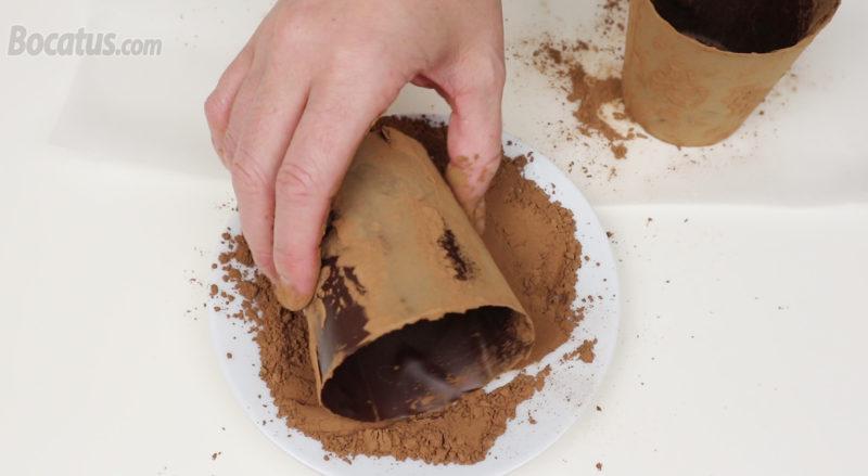 Rebozando las macetas de chocolate en cacao en polvo