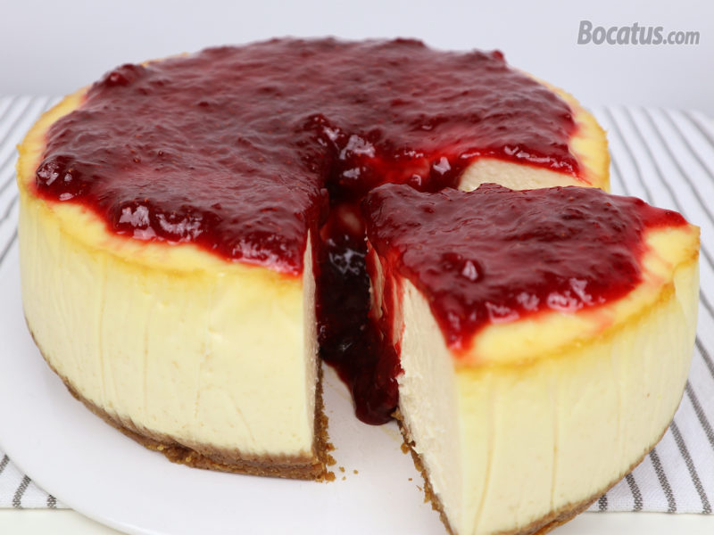 Tarta de queso cubierta de mermelada de fresa casera