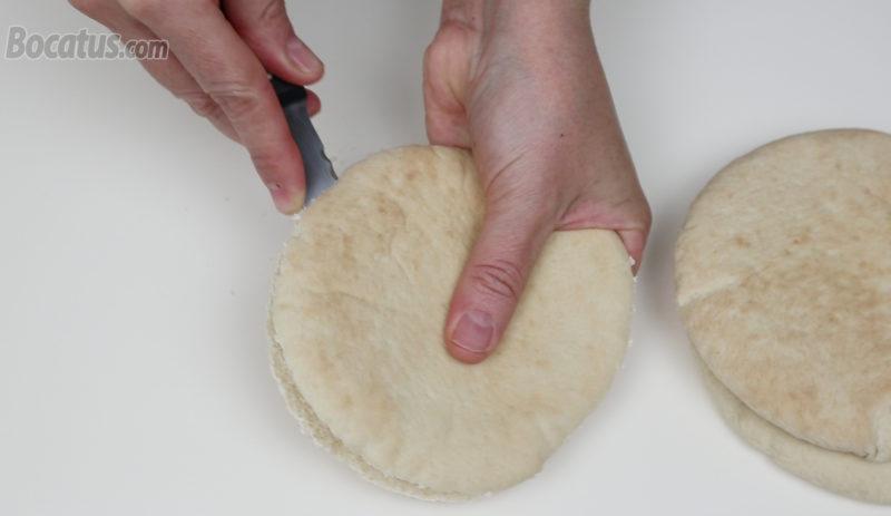 Abriendo el pan de pita
