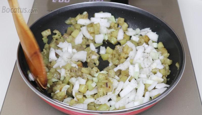 Cocinando la cebolla junto con la berenjena