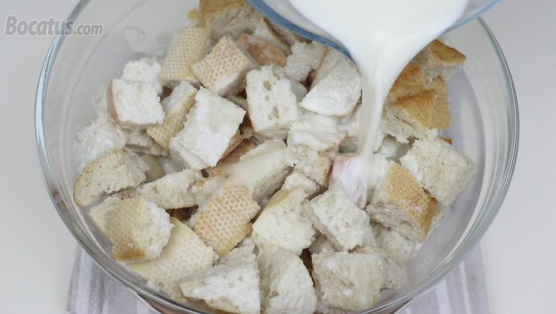 Vertiendo la leche aromatizada sobre el pan