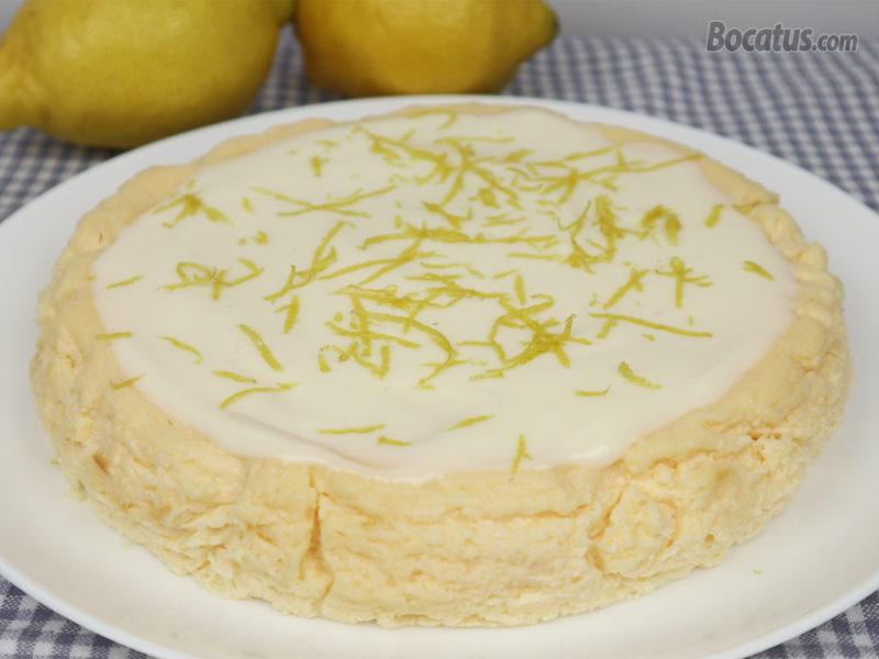 Cheesecake de limón cubierto de frosting de queso y ralladura de limón