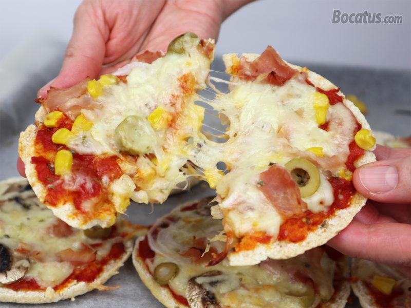 Pizza con pan de pita recién horneada
