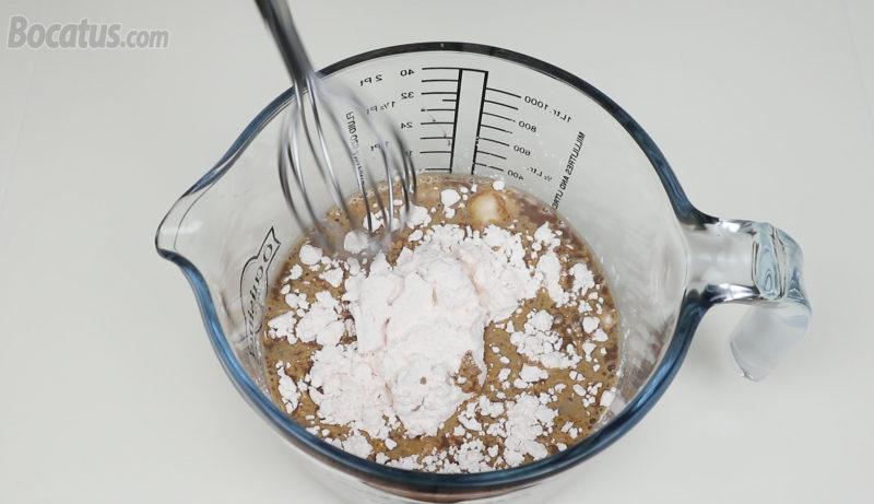 Integrando el preparado para flan en el batido de chocolate
