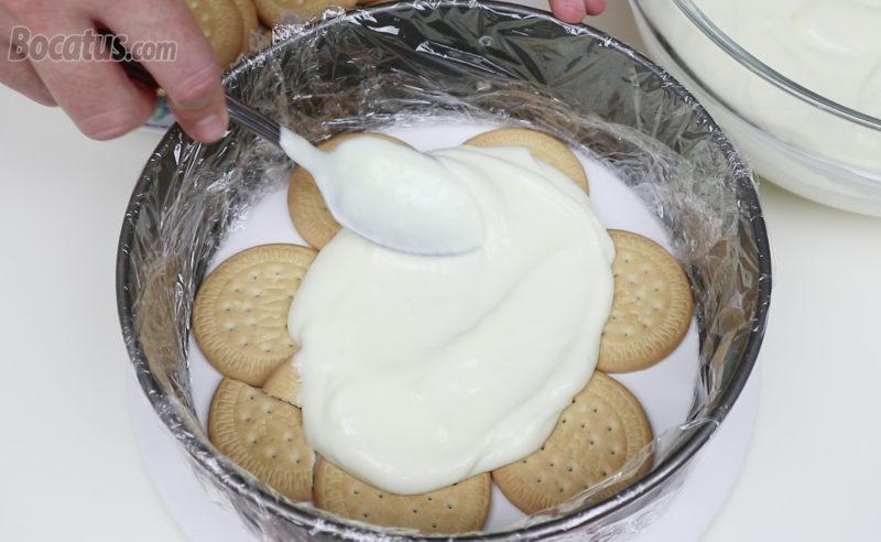 Montando la tarta de galletas y limón