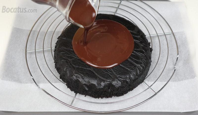 Vertiendo la ganache de chocolate sobre el bizcocho