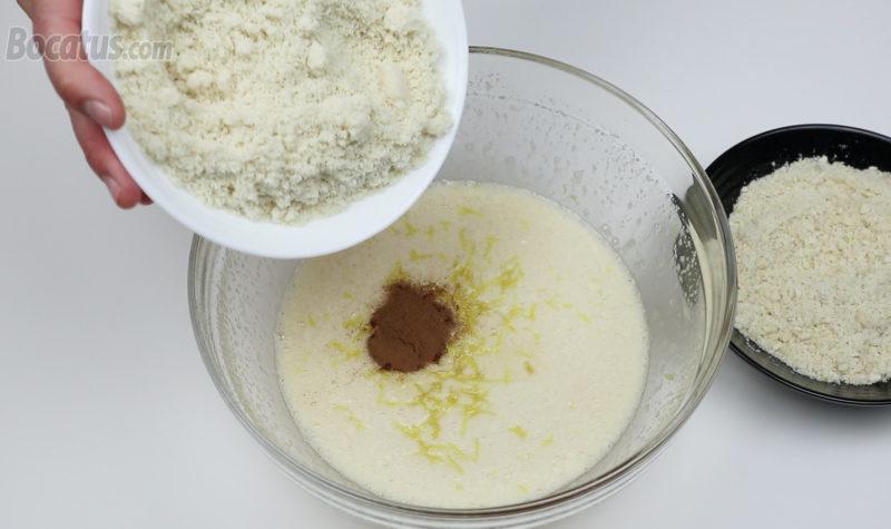 Añadiendo la harina de almendra en la mezcla de huevo