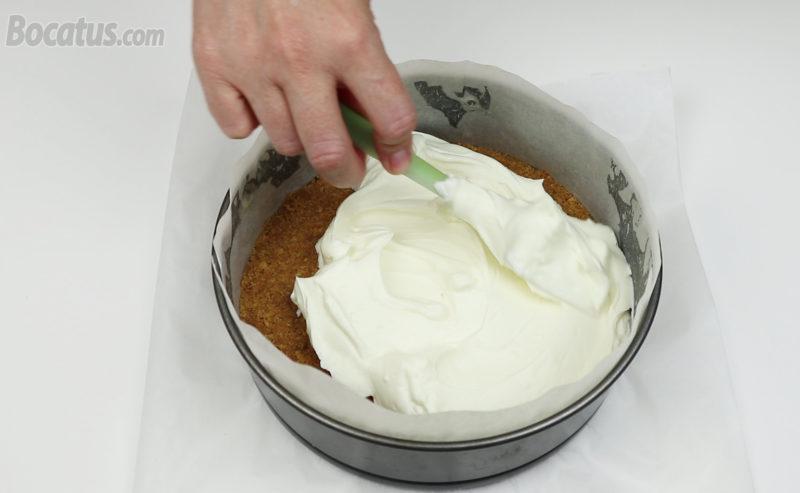 Distribuyendo la mousse de queso dentro del molde