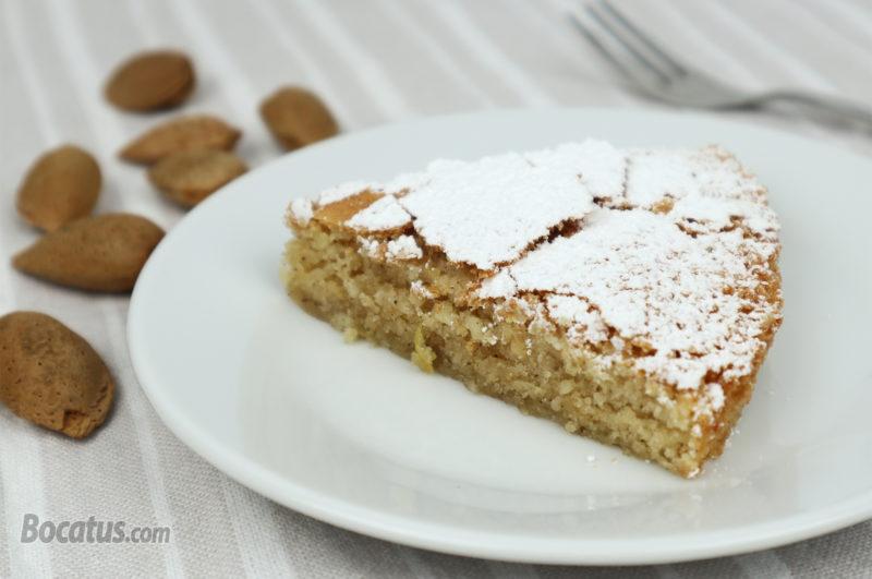 Porción de tarta de Santiago casera