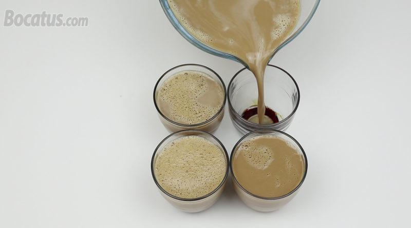 Repartiendo la mezcla de flan en los vasitos