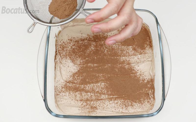 Añadiendo Nesquik en la superficie de la crema