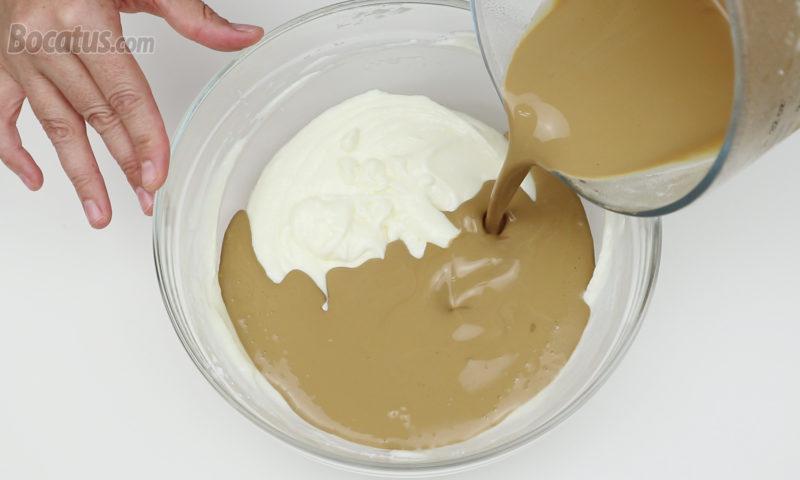 Vertiendo la nata de café en la mezcla de queso