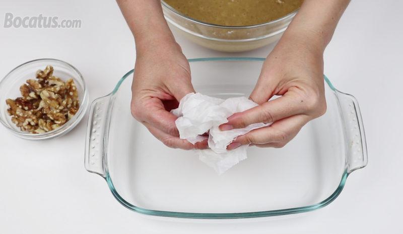 Forrando el recipiente con papel de hornear