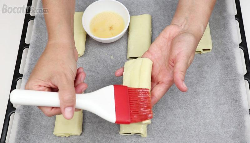 Pincelando con huevo las napolitanas