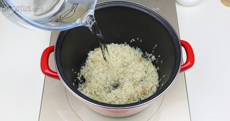 Cocinando el arroz blanco